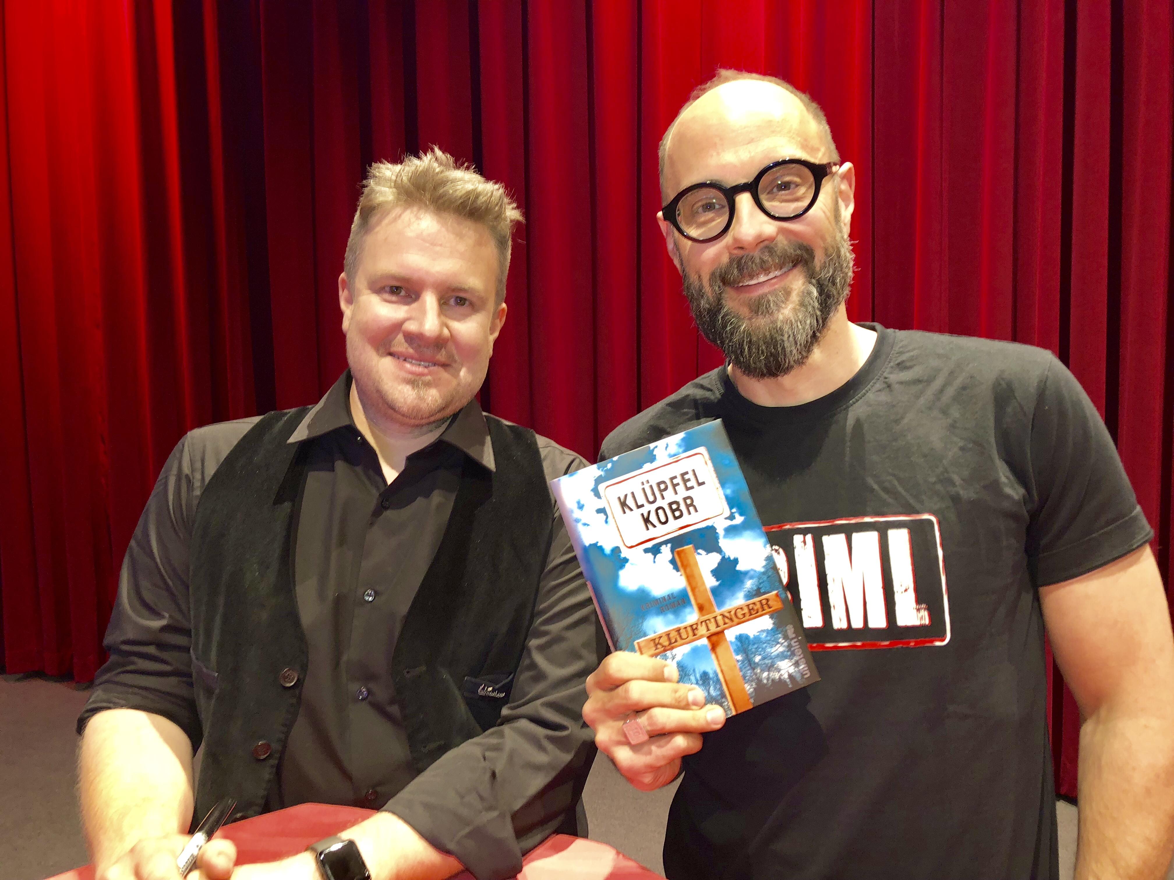 Michael Kobr (l.) und Volker Klüpfel stellten in Kempten ihren zehnten Kluftinger-Roman vor.
