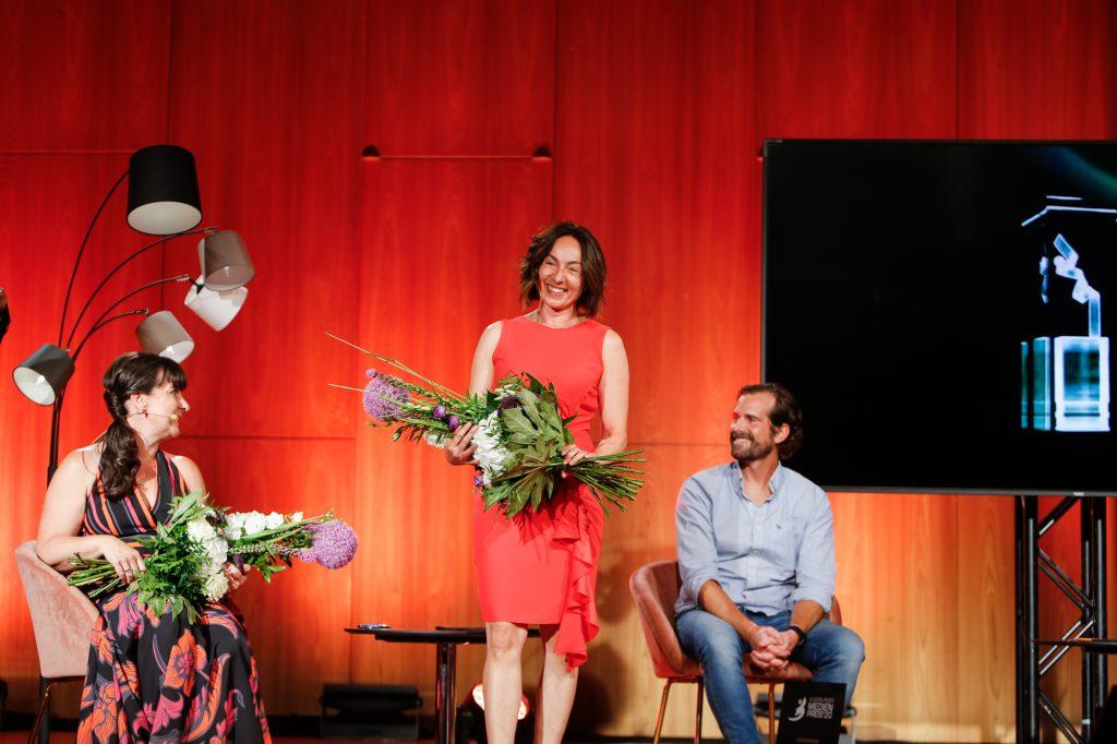 Die Regisseurin des Abends: Susanne Schubert wurde zu Recht geehrt, Überraschung für sie, aber wichtig! Das freute auch Gewinner Jan Sekulla, Rocketeer Festival. Bild: Stefan Mayr Lighthouse Fotografie