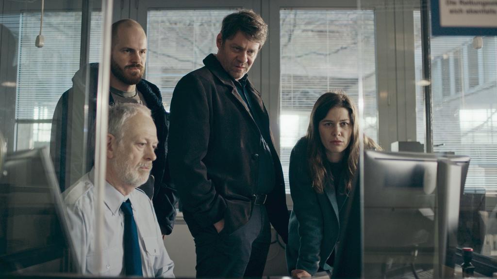 Eli Wiesner (Marc Ben Puch, l.), Martin Brühl (Roeland Wiesnekker, m.) und Susanne Koch (Meike Droste, r.) schauen sich Indizien an.