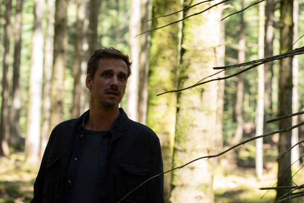 Konrad Diener (Max von Thun) sucht im Wald nach seinem Sohn, der aus dem Zeltlager verschwunden ist. Copyright: ZDF/Maria Wiesler